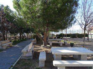 Mesas y bancos en el parque